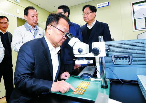 설 연휴 기간 수출기업 찾은 장·차관들 기사의 사진