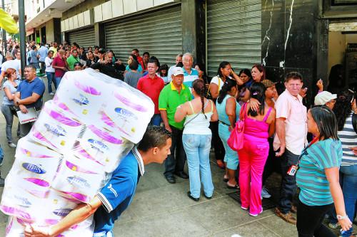식량난에 국영가게마다 긴 줄… 빚더미 베네수엘라 '벼랑끝' 기사의 사진