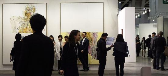 홍콩 아트바젤 찾은 홍라희 관장이 눈길 준 작품은? 기사의 사진