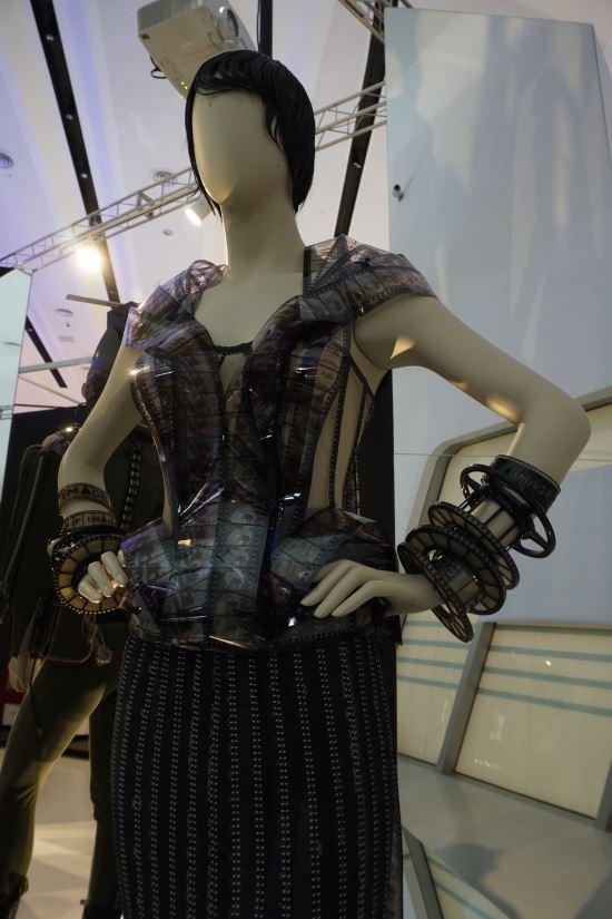 [영옥씨의 미술 바구니] 13. '원뿔 브라'의 역발상...승마바지 웨딩드레스를 탄생시키다 기사의 사진