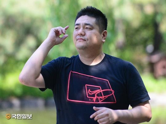 """[싱포유] Cross K.C """"밥 한 끼에도 계산기 두드리는 식객…"""" 기사의 사진"""