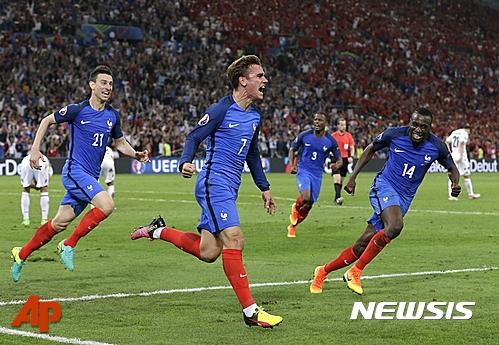 개최국의 힘? 프랑스, 유로2016 16강 선착…그리즈만 천금 헤딩골 기사의 사진