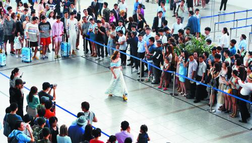 [포토] 여행객들 앞에서 패션쇼 기사의 사진