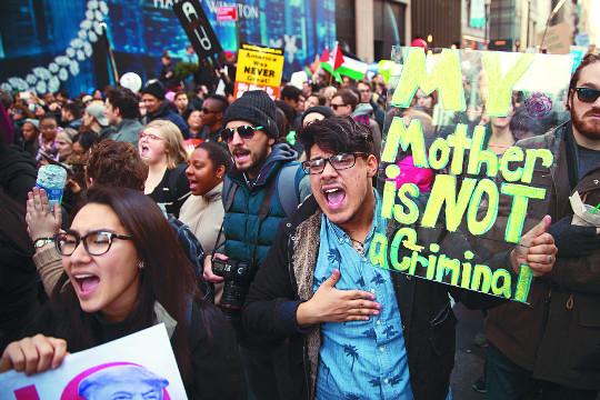[美 트럼프 시대] 反트럼프 시위 美 전역으로… 증오행위 200건 넘어 기사의 사진