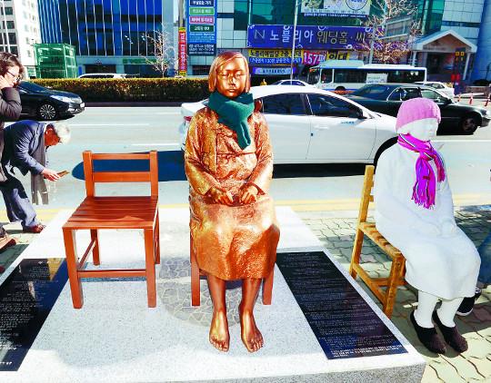[슬로 뉴스] 소녀들의 '침묵 시위'… 응답받을 날은 언제일까요 기사의 사진