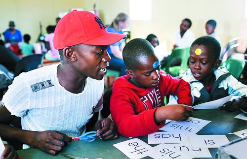 [선교지에서 온 편지] 아이들에게 '놀이'로 글자 가르치는 네덜란드인 부부 헌신적 사역 감명 기사의 사진