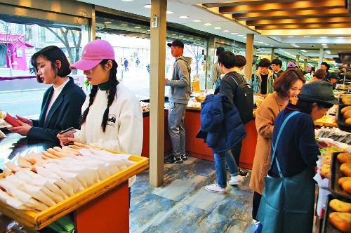 [우리고장 대표 가게를 찾아서] '맛있는 빵·착한 가격' 원칙 지키니… 3대째 인기 '빵빵' 기사의 사진