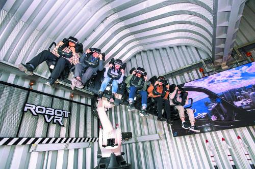 """""""황금날개 덤벼라""""… 태권V 로봇팔 앉아 4D체험 기사의 사진"""