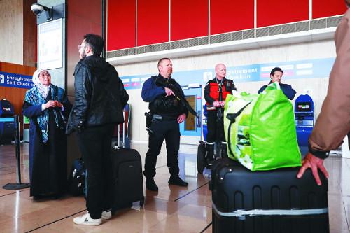 佛 또 테러 공포… 파리공항 무기탈취범 사살 기사의 사진