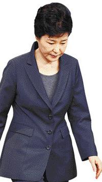 """朴, 검찰 출두… """"대국민 메시지"""" 기사의 사진"""