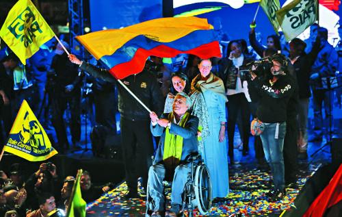 에콰도르 '핑크 타이드' 끝나지 않았다… 대선, 집권 좌파 모레노 당선 기사의 사진