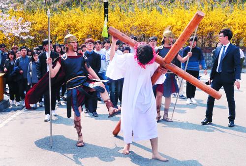 협성대, 예수님 십자가 수난 재현 기사의 사진