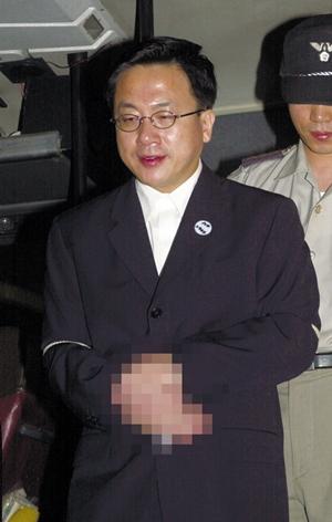 '구속 집행정지 중 도주' 최규선 순천서 체포 기사의 사진