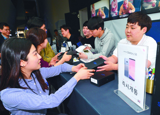 돌풍 일으킨 갤S8, 사상 최대 판매 경신할까 기사의 사진