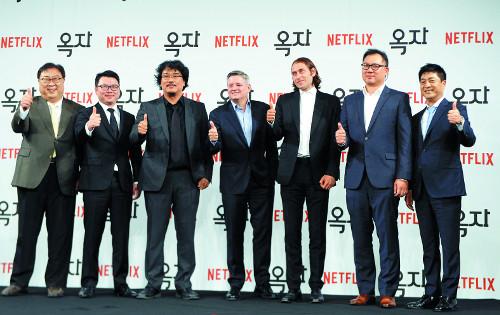 """영화 '옥자', 넷플릭스 통해 190개국 동시 공개  """"옥자라는 동물과 인간과의 사랑 이야기"""" 기사의 사진"""