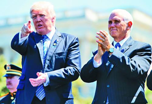 불펜서 몸푸는 펜스?… 트럼프 탄핵론에 부통령 부상 기사의 사진