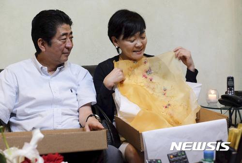 아베의 '친구특혜' 의혹 아키에 스캔들로 번지나 기사의 사진