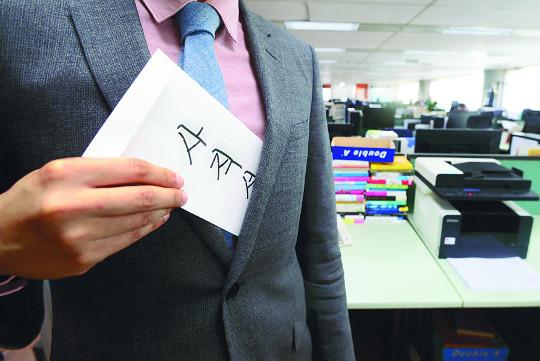 [대한민국 신입사원 리포트] '사표'를 품고 사는 청춘… '바늘구멍' 통과하니 '꼰대문화' 기사의 사진