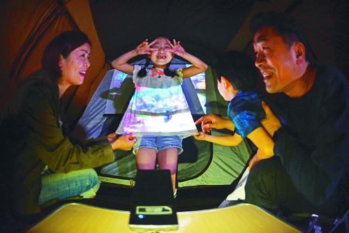 [앵글속 세상] 텐트 속 가족영화관… 한여름 밤의 환희! 기사의 사진