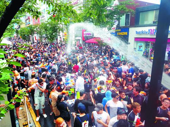 멀리 갈 거 있나요?… 서울서 여름축제 즐겨요 기사의 사진