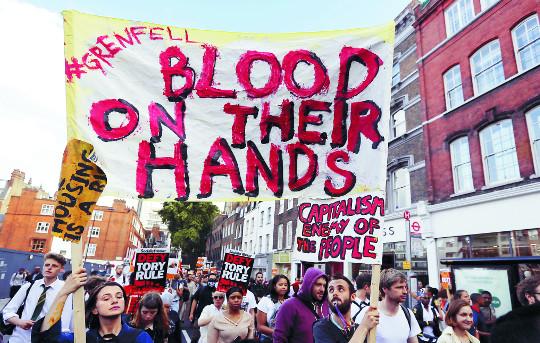 공공임대아파트 참사에… 분노 불길 휩싸인 英 메이 기사의 사진