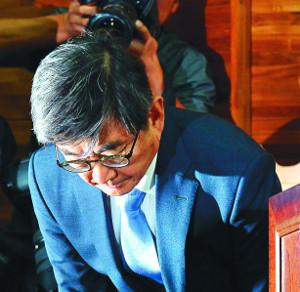 법무장관, 더 개혁적 인물 찾는다는데… 靑, 안경환 낙마에 '로드맵' 차질 기사의 사진