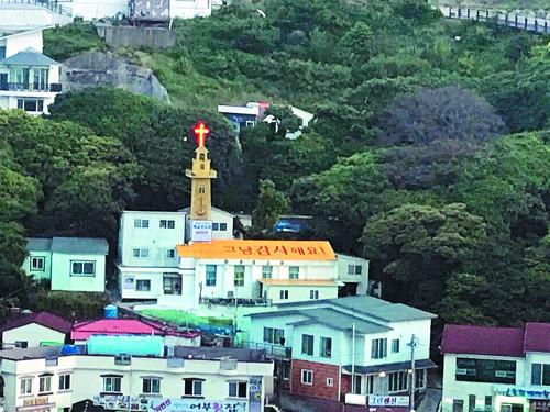 [톡톡! 우리교회-경남 거제 해금강교회] '전도 문구 지붕' 삶에 대한 감사를 새겼어요 기사의 사진