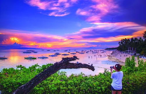 팔색조 바다·초콜릿힐… 한 걸음만 더 가면 '천국' 기사의 사진