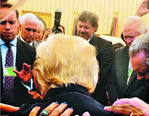 기도하는 트럼프… 각료들은 백악관서 성경공부 기사의 사진