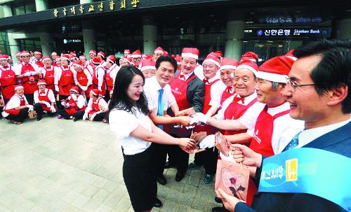 '여름 산타' 원로목회자들 기사의 사진