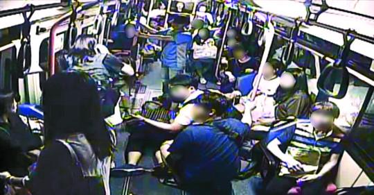 [희망 이야기] 그 버스에 '나'는 없었다… 20대 청년 살린 승객들 기사의 사진