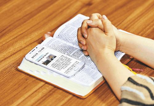 오륜교회 '다니엘기도회 서포터스', 스마트폰으로 기도 제목 공유… 새 기도운동 '터치' 기사의 사진