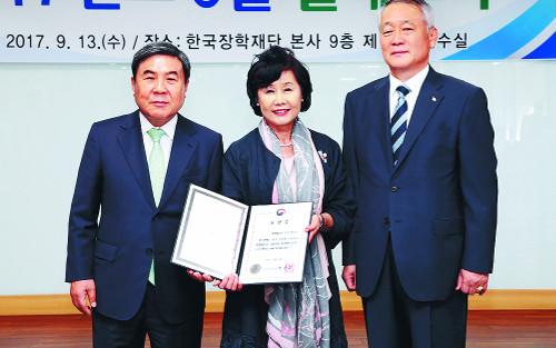 석성장학회 '나눔과 섬김' 20년… 재단운영 롤모델 제시 기사의 사진