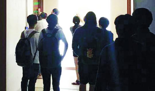 한신대 파행 언제까지… 차기 총장 선출했지만 학생들 반발 총장실 폐쇄 기사의 사진