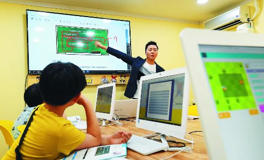 [4차 산업혁명 사람이 답이다] 학교 SW교육 이제 첫걸음… 학원 찾는 학생들 기사의 사진