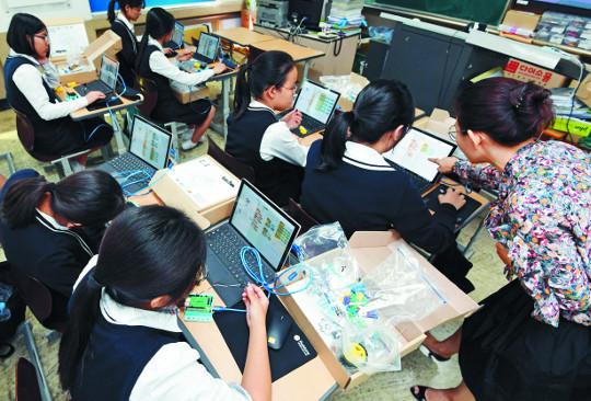 [4차 산업혁명 사람이 답이다] 갈길 먼 초중고 SW교육… 융합에서 길을 찾다 기사의 사진