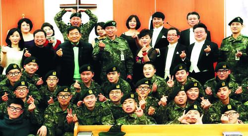 [역경의 열매] 김철륜 <11> 노엘찬양단 창단… 12년간 자비량으로 봉사 기사의 사진