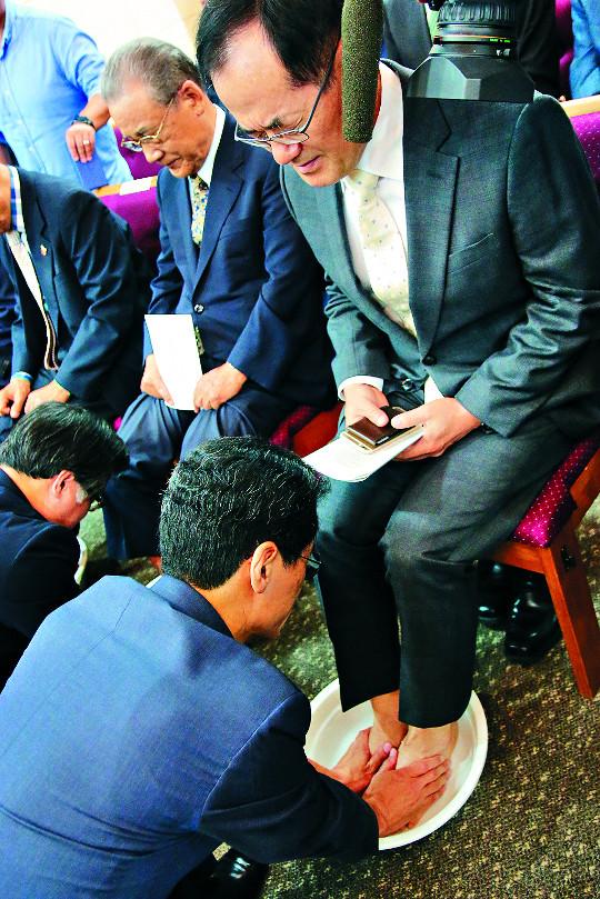 섬김의 세족식… 울림 있던 총회장 취임예배 기사의 사진