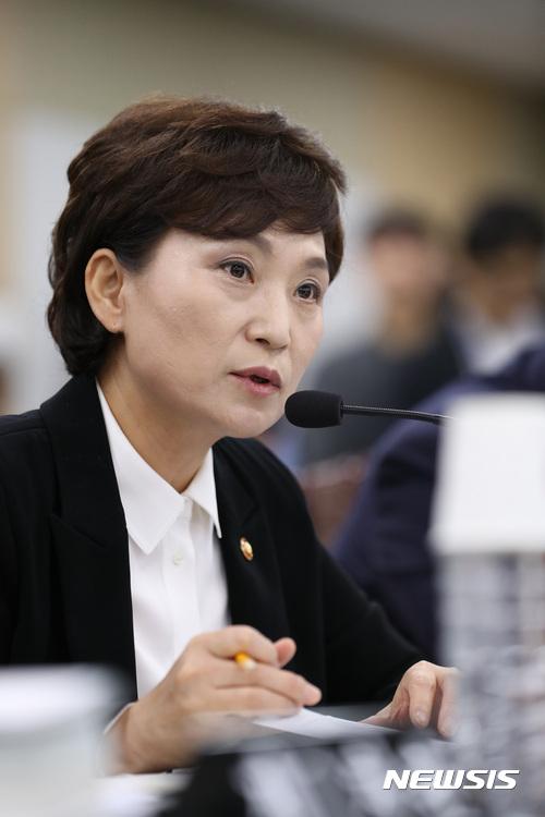 """김현미 장관 """"공공주택 중심 후분양제 단계 도입"""" 기사의 사진"""