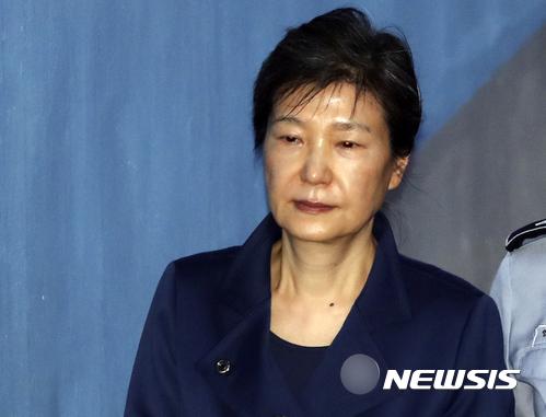 한국당, 박근혜 '탈당 권유' 거부하면 30일 자동 제명 기사의 사진