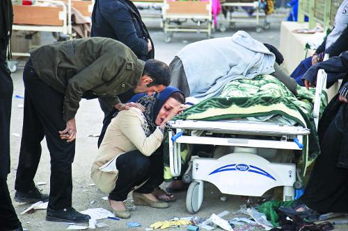 이란·이라크 국경 강진… 410여명 사망·7200여명 부상 기사의 사진