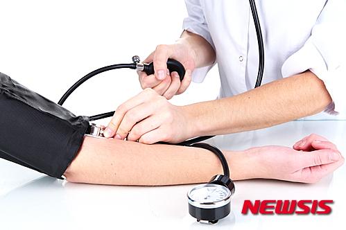 美 '고혈압 기준' 더 세게… 140 → 130으로 하향 기사의 사진