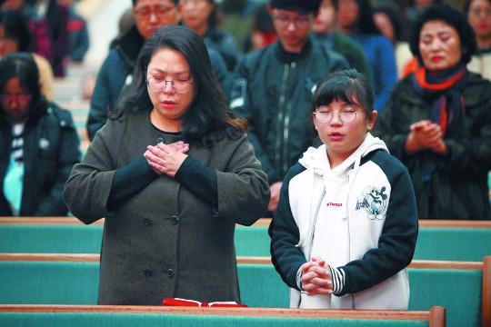 지진 고통 속에서도 감사예배… 위로·희망 나눴다 기사의 사진