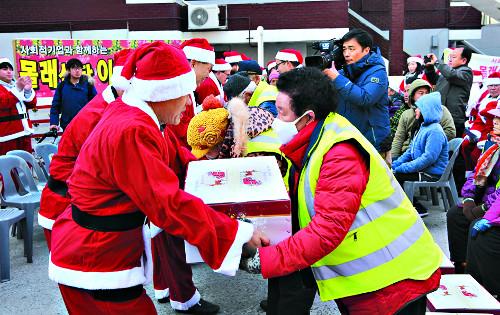 영하의 날씨 녹인 산타들의 선물 기사의 사진