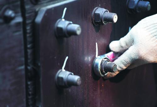 [앵글속 세상] '안전'을 닦고 조인다… 놀이공원 개장 준비하는 사람들 기사의 사진