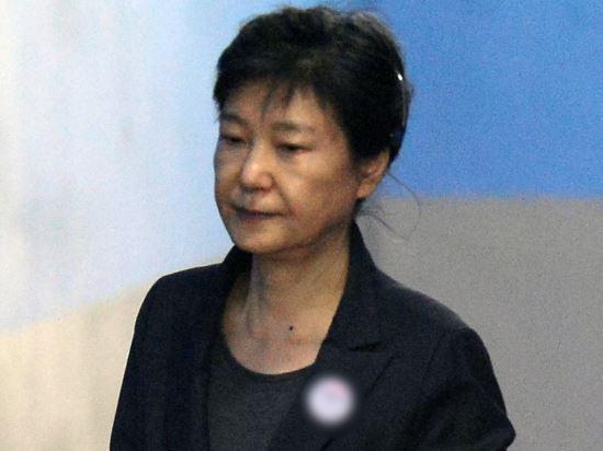 법원, 박 前 대통령 재산 동결… 檢 추징보전 청구 받아들여 기사의 사진