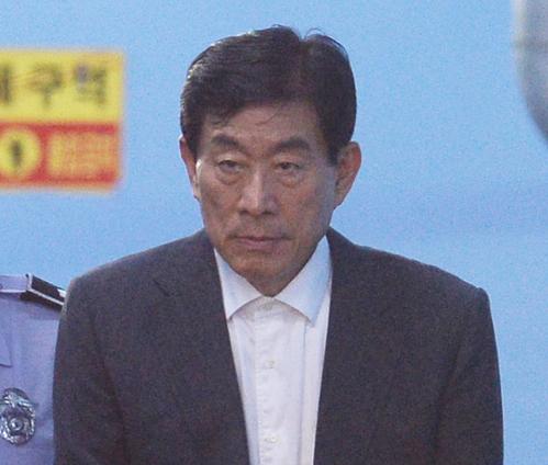 '원세훈 국정원' 차명계좌 다수 관리… 특활비 靑 유입 정황 기사의 사진
