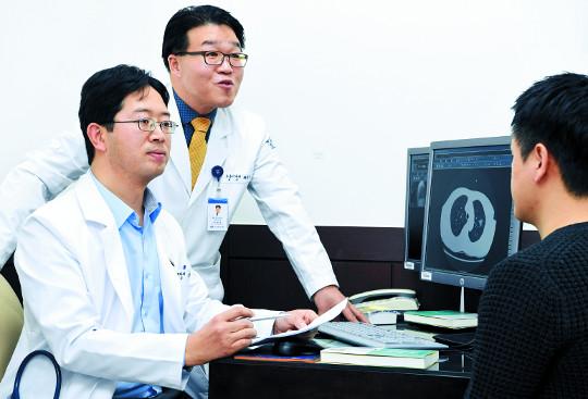 [명의&인의를 찾아서-(142) 강동경희대병원 폐암다학제팀] '무증상 폐암' 협진 팀워크로 잡는다 기사의 사진
