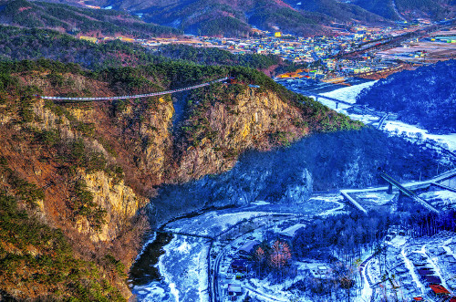 출렁다리·기암괴석…'작은 금강산'의 황홀한 유혹 기사의 사진