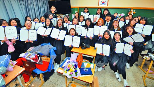 [포토] 여고 졸업생들, 선생님과 마지막 한 컷 기사의 사진